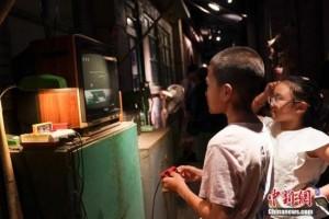 调查中国儿童上学日平均每天用电子产品43.24分钟
